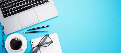 Home Office - Schreibtisch - Arbeitsplatz mit Laptop und Freiraum Fototapete