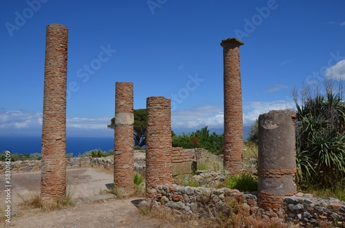 Photo Ruins of Tindari with view to mediterranean sea, Sicily, Italy, blue sky backgro