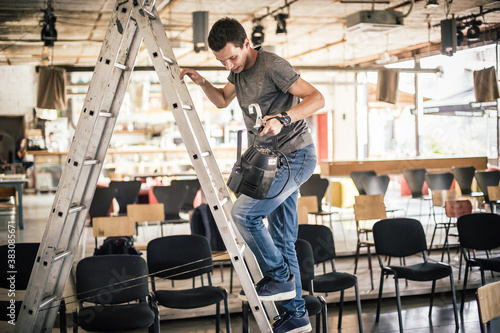Obraz na plátne Behind the scene Lighting technician electric engineer adjusting stage lights
