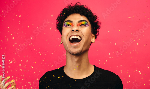 Photo Excited gay man with glitters