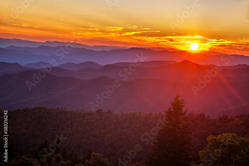 Fotografía Sun setting over the Cowee Mountain Overlook in the Blue Ridge Mountains