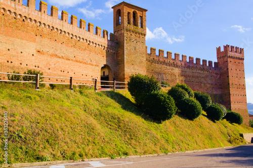 Photo Vista laterale delle mura medievali di Gradara.