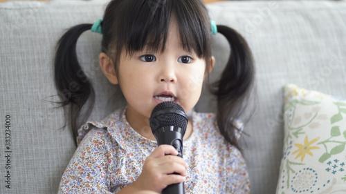 Fototapeta 歌をうたう子供