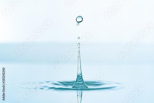 Fototapeta Water splash of falling drop with circular waves