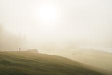 Einzelne Person Im Nebel Bei S...