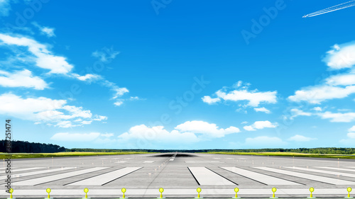Photo airport runway on grass airfield against blue sky with clouds background