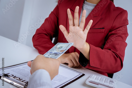 Photo Business woman are anti and reject Business man filing dirty money, cash for bri