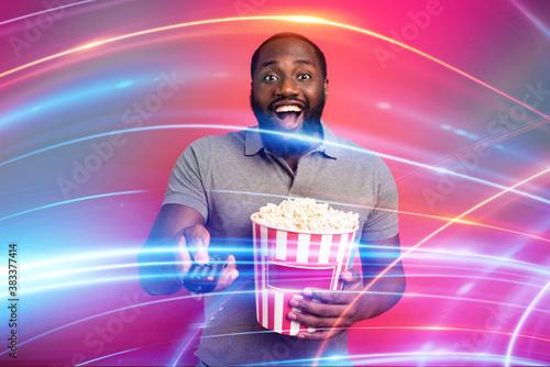 Man has fun watching a film Tapéta, Fotótapéta
