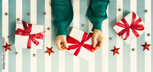 Foto Person holding a Christmast gift box - overhead view flat lay