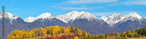 Cuadros en Lienzo A panoramic view of the snow-capped peaks of the Eastern Sayan mountain range on a sunny autumn day