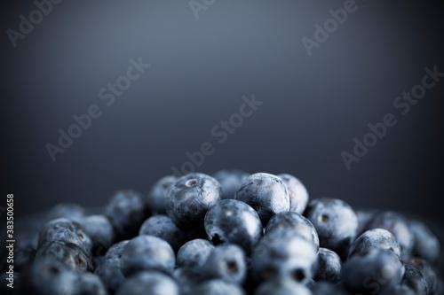 Fotografia Pile of fresh blueberries on dark background