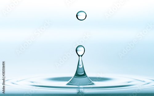 Foto Water splash of falling drop with circular waves