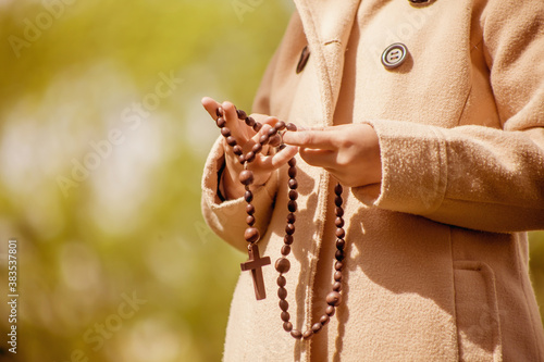 Leinwand Poster child girl holding rosary and praying to God