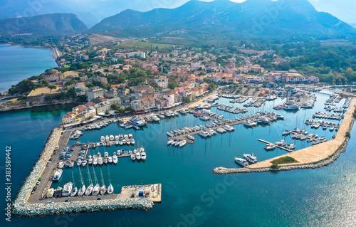 Obraz Luftaufnahme des Dorfes Saint Florent, Korsika. Hafenboote und Häuser. Saint-Florent oder San Fiurenzu auf korsisch ist eine Gemeinde im französischen Departement der Region Haute-Corse auf Korsika. - fototapety do salonu