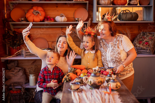 Photo Family congratulates friends on Thanksgiving online