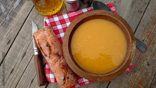 bol de soupe aux légumes et pain sur une table Canvas Print