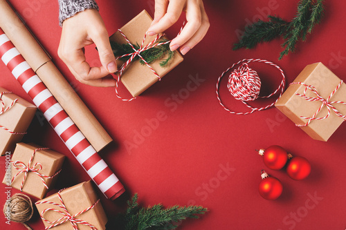 Fotografía Christmas background with gift boxes and decorations on red