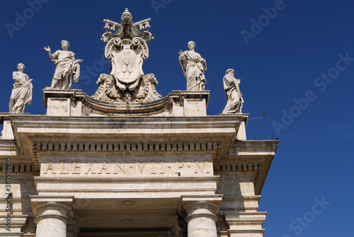 Fotografie, Obraz Detail of Statues and Vatican coat of arms on St Peters piazza colonnades
