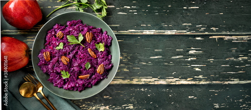 Photo Delicious and healthy fresh red cabbage salad