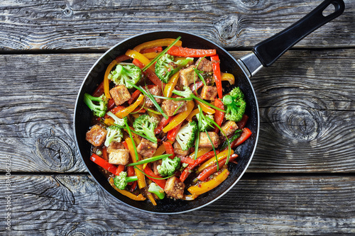 Photo spicy kung pao tofu in a skillet