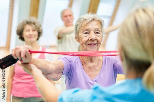 Senior Frau im Krankengymnastik Kurs - 384108231