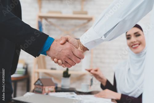 Arab concluded deal to buy new housing. Fototapet
