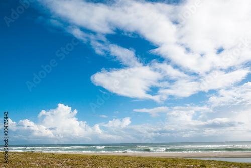 Fotografía もこもことした雲の青空と海