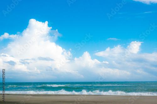 Photo もこもことした雲の青空と海