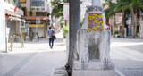 マスクをつけたシーサーと人通りの少ない沖縄県那覇市の国際通り