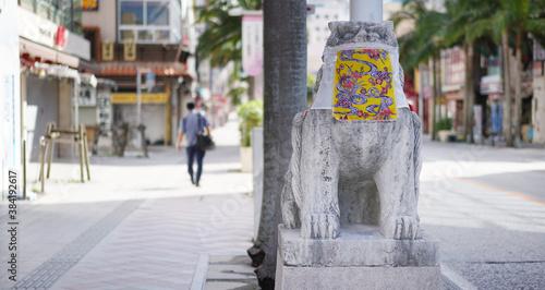 Photo マスクをつけたシーサーと人通りの少ない沖縄県那覇市の国際通り