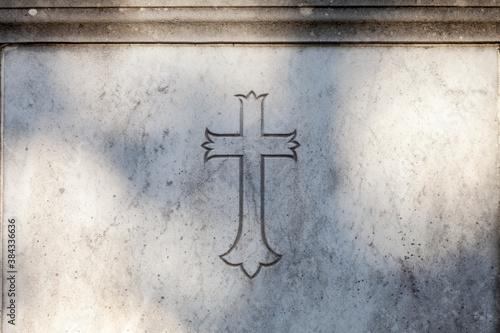 crucifix sur une tombe en pierre Fototapet