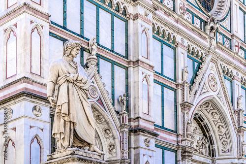 Fototapeta The statue of Italian poet Dante Alighieri in front of the Basilica di Santa Cro