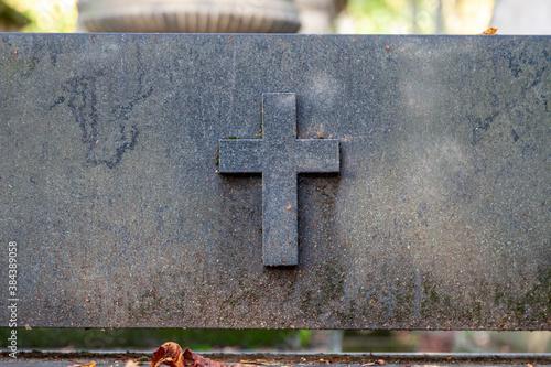 Fotomural crucifix sur une tombe en pierre