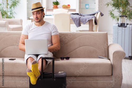Foto Young man preparing for departure at home