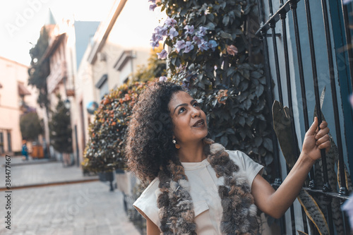 Fotomural Happy beautiful woman chilling surrounded by flowers