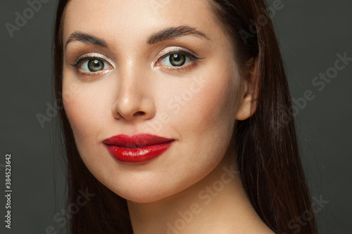 Photo Pretty woman face with perfect makeup close up