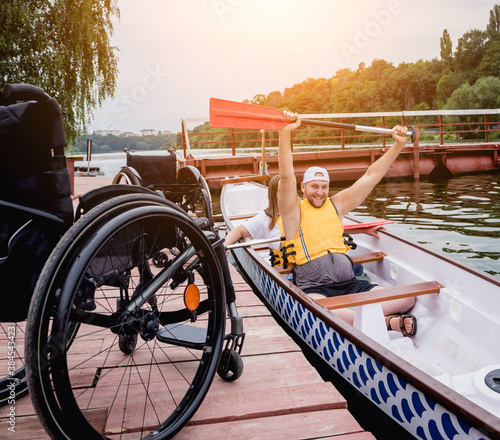 Fotografía People with disabilities sail on a rowing boat.