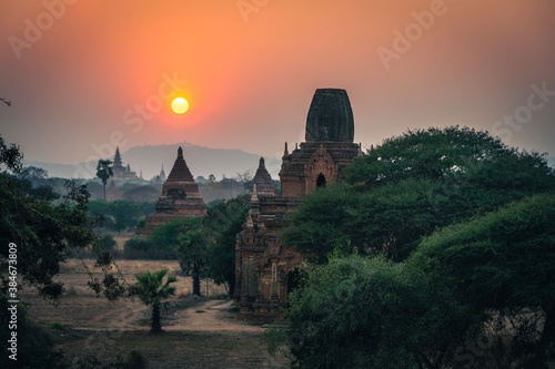 Fotografía myanmar burma bagan buddhist holy pagoda at sunset