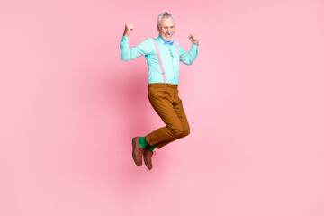 Fototapeta Fitness / Siłownia Full length body size side profile photo of smiling elder man jumping high wearing retro clothes isolated on pink color background