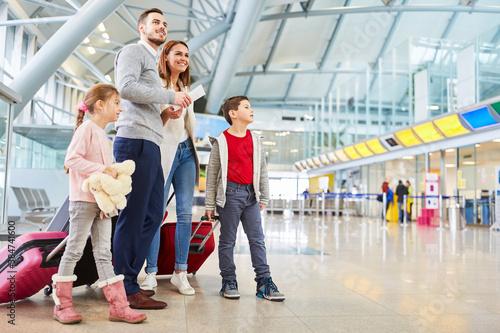 Obraz Familie wartet auf den Anschlussflug im Terminal - fototapety do salonu