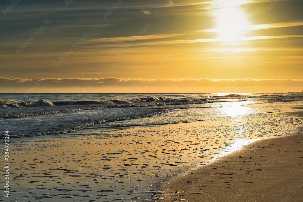Fototapeta Złoty wschód słońca.