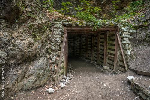 Fototapeta stare zapomniane wejście do kopalni obraz
