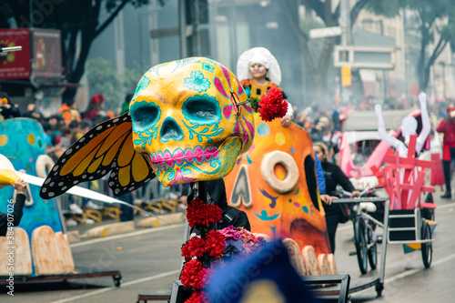 carro alegorico en festival con calavera de colores Canvas Print