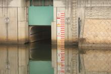 川の堤防の壁面の落書き