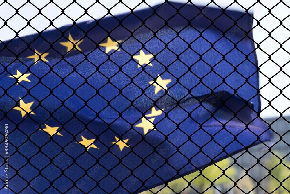 Fototapeta Flagge von Europäischen Union EU und ein Zaun an der Grenze