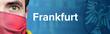 Frankfurt (Coronavirus). Mann mit Mundschutz vor blauen Hintergrund mit Menschen. Corona, Krankheit, Medizin, Gesundheit, Virus