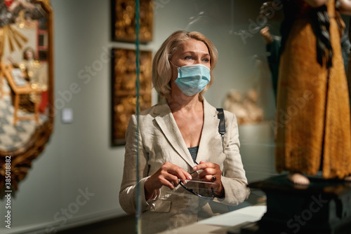 Tablou Canvas Woman exploring medieval expositions in museum