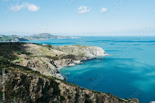 Fotografía Vue panoramique sur la côte rocheuse de la mer Méditerranée