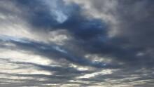 太い縄のような黒雲が...