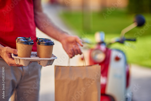 Fotomural Man delivering coffee and food